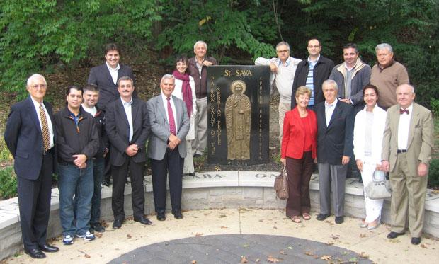Представници Срба из Кливленда испред споменика Светом Сави